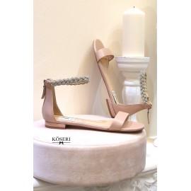 Sandalia plana maquillaje con pulsera de cristales.